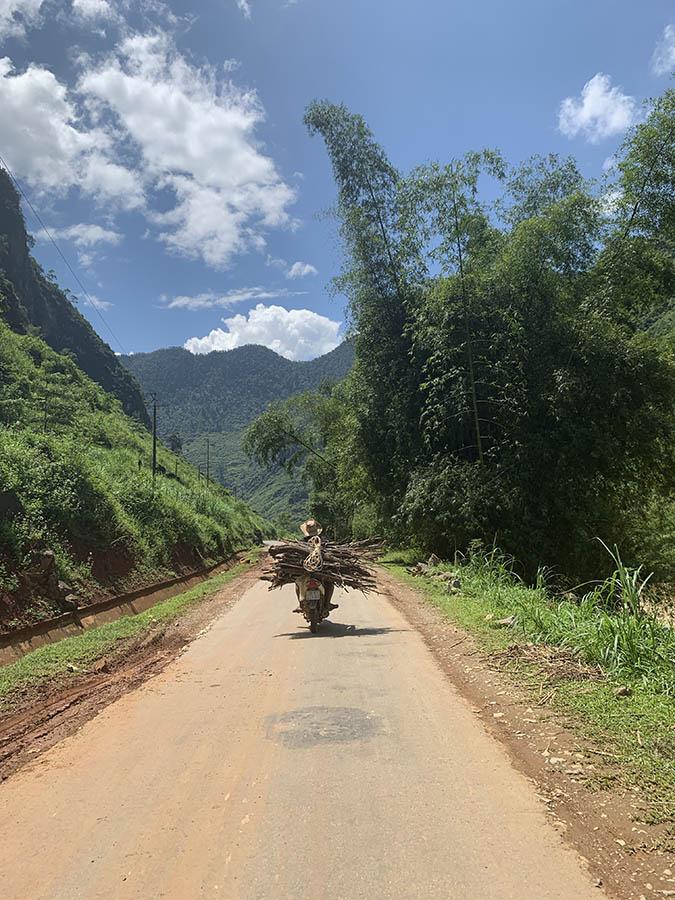 Ha Giang Loop - Motorista con maderas